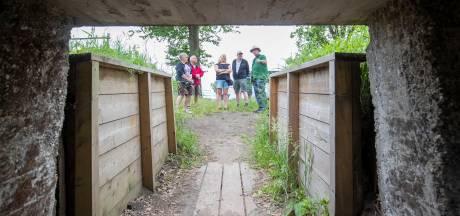 Door de loopgraven en oude bunkers