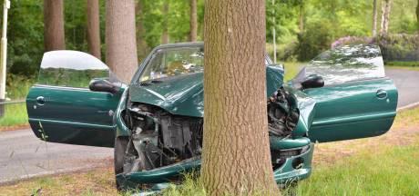 Auto botst tegen boom in Breda, bestuurder komt met de schrik vrij