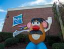 Mr. Potato Head groet bezoekers van het Hasbro-hoofdkantoor in Pawtucket, Rhode Island, Amerika.