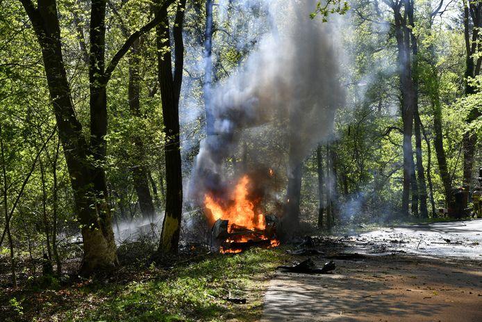 Na de crash vloog ook de berm in de brand.