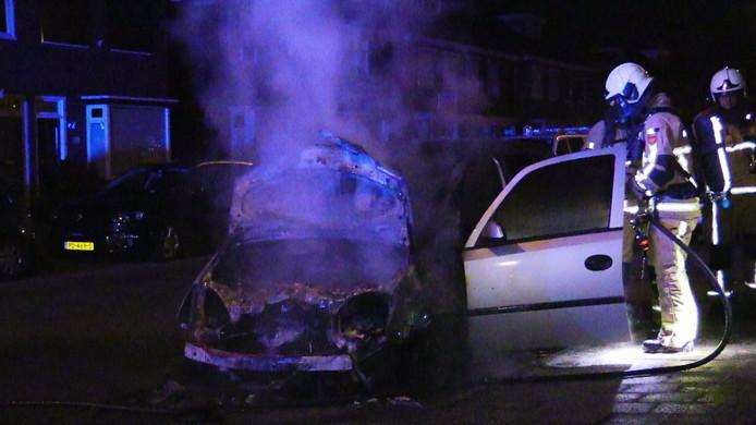 Van de auto is na de brand weinig over.