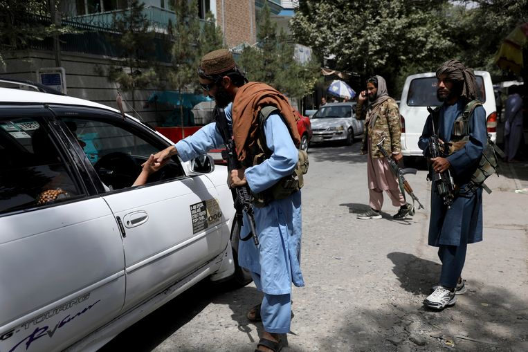 Taliban-strijders bij een checkpoint in Kabul.  Beeld AP