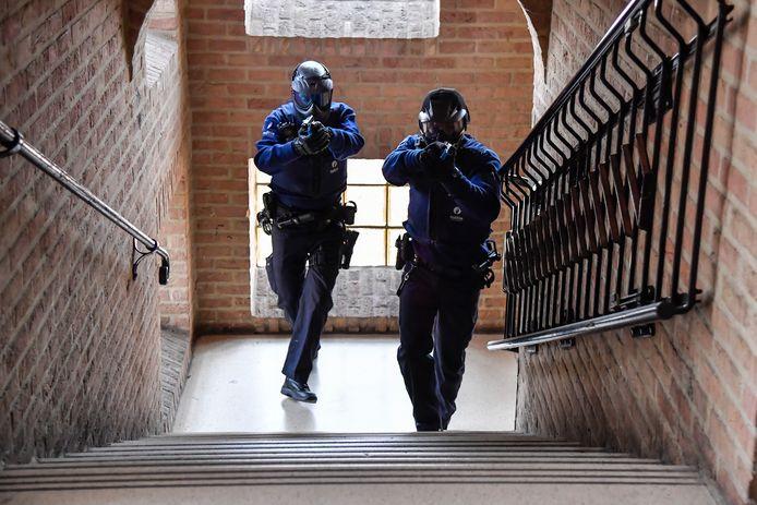 Door verdachte bewegingen op de eerste verdiepingen, moesten de agenten de trappen op.