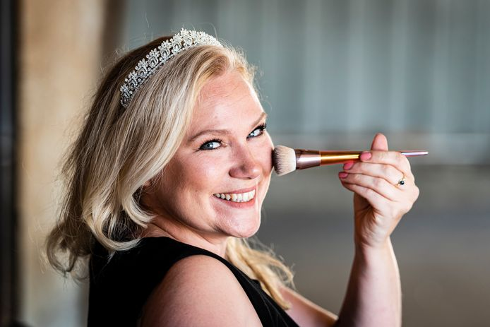 Dana Nieuwland-Spaargaren heeft Lovely Weddings afgestoten en is nu weddingplanner, haarstylist, kinder-entertainer en parttime prinses.
