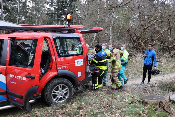 Gewonde mountainbiker opgehaald door brandweerjeep.