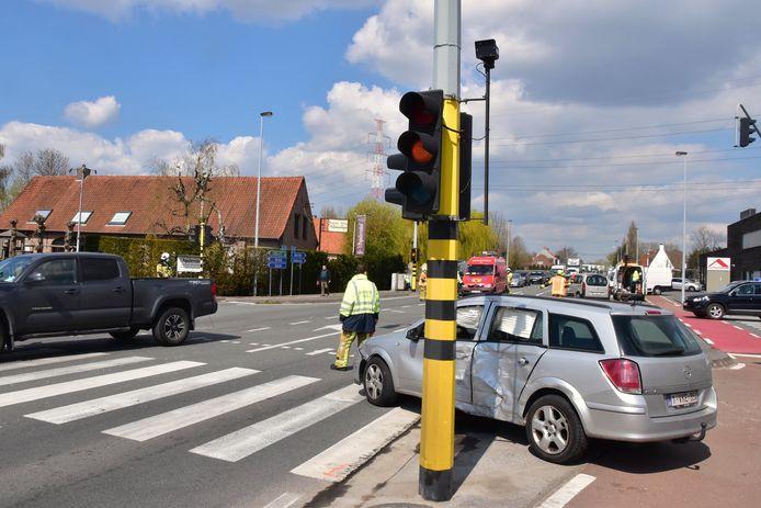 De Opel Astra strandde op krek dezelfde plek waar deze morgen bij het eerste ongeval op het kruispunt langs de Brugsesteenweg in Hulste een witte BMW tot stilstand kwam.