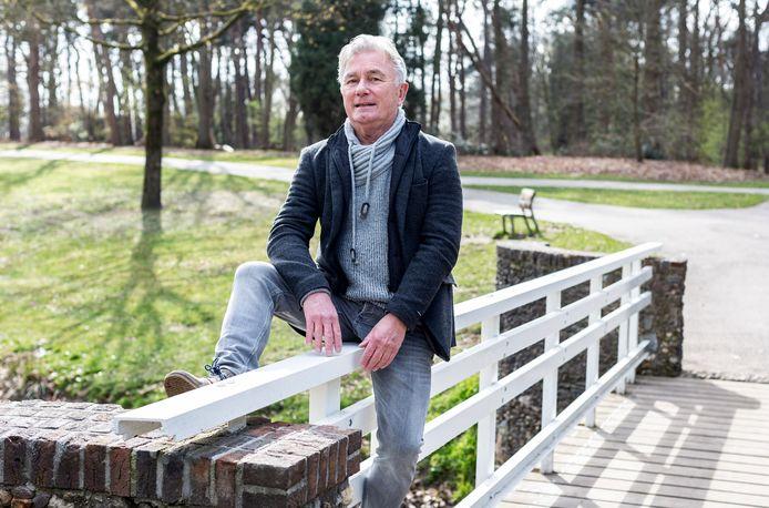 Henk Smaling op het witte bruggetje in het Goffertpark.