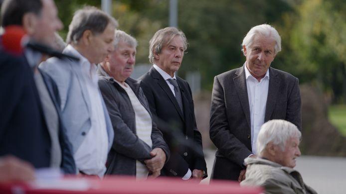 Harry Lubse (staand rechts) en naast hem Eef Mulders, oud-spelers van PSV die dinsdag in Halle bij de onthulling waren van een gedenksteen voor de brand in Tsilveren Seepaerd, omgeven door oud-spelers van Chemie Halle.