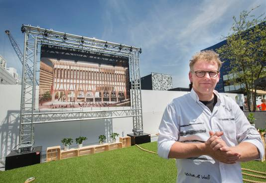 Wethouder Wijsmuller bij een schets van de voorgevel van het Spuiforum, tijdens de officiële start van de bouw in juni.