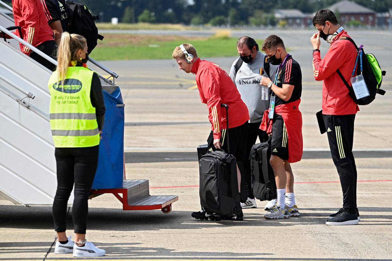 Kevin De Bruyne, Thorgan Hazard en Thibaut Courtois nemen in Charleroi het vliegtuig naar München. Beeld Photo News