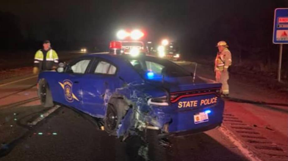 Een stilstaande politieauto in Michigan raakte deze week zwaar beschadigd toen daar een Tesla tegenaan botste.