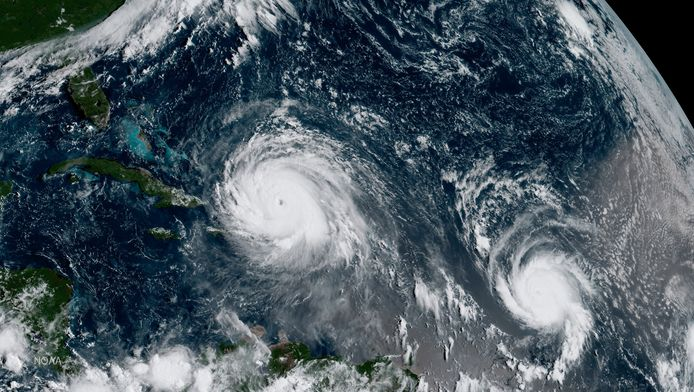 Satellietbeeld tootn orkaan Irma (links) en orkaan Jose in de Atlantische Oceaan.