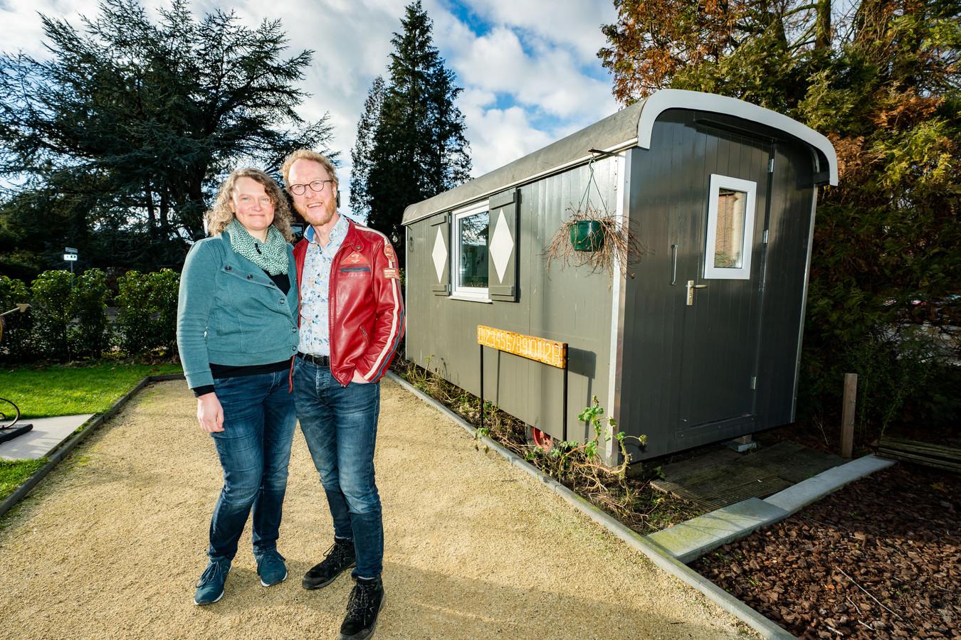 Annette en Rolf Noordhof bij de gewraakte pipowagen.