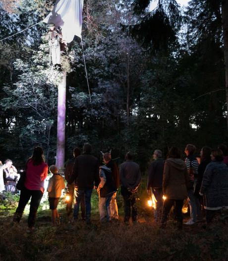 Theaterwandeling door het verleden in bossen van Hoogeloon