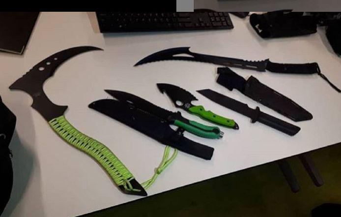 Na een melding van een straatroof in Amsterdam-Buitenveldert nam de politie deze wapens in beslag bij de verdachten van gemiddeld 12-13 jaar oud.