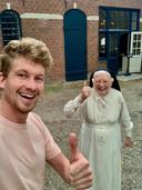 Thibaud van der Steen met een van de Oosterhoutse nonnen, die hij met Breda Maakt Mij Blij hielp om 20.000 flessen wijn te verkopen die door KLM waren afbesteld. Een geschenk van de Heilige Geest, vonden de nonnen.