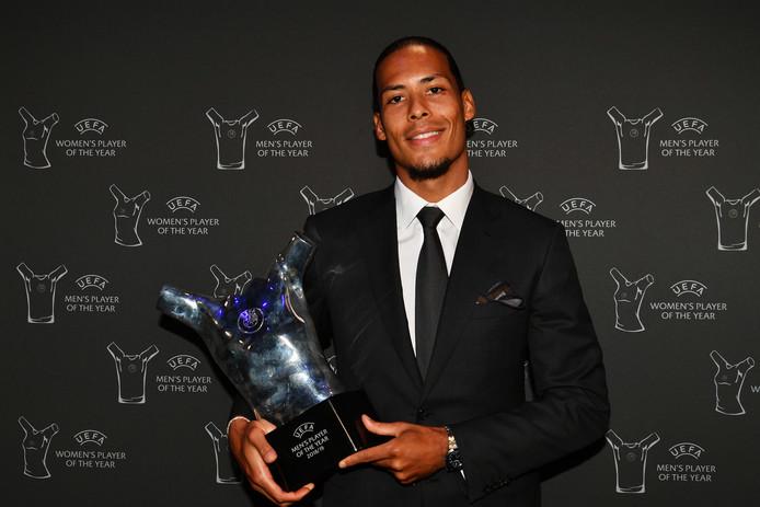Virgil van Dijk poseert met de UEFA Men's Player of the Year Award.