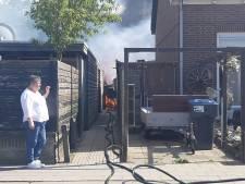 Meerdere schuren vatten vlam in woonwijk Harderwijk, dikke zwarte wolken boven de stad