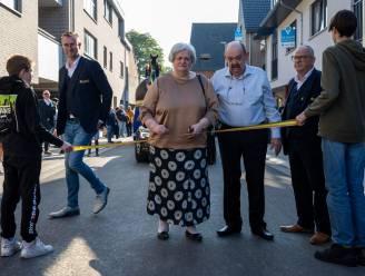 Toch nog feest in De Grote Pot na noodgedwongen sluiting café tijdens Bloemencorso: Marleen knipt lintje van heropende Werkplaatsstraat