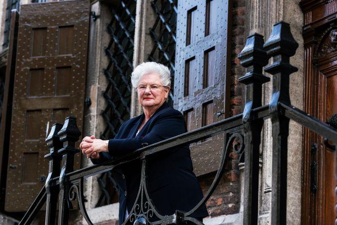 Bep Hopman op het bordes van 'haar' stadhuis.
