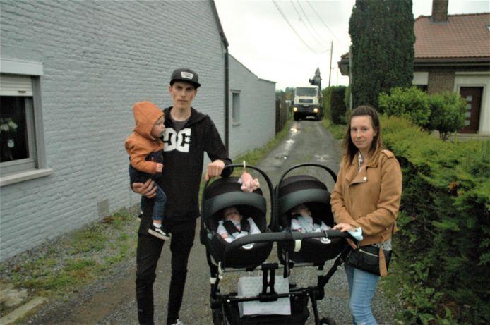 Keven en Aurélie met hun drie jonge kinderen: door werken naast de deur kunnen ze bij momenten niet in of uit hun huis aan de Grote Herreweg in Ruien.