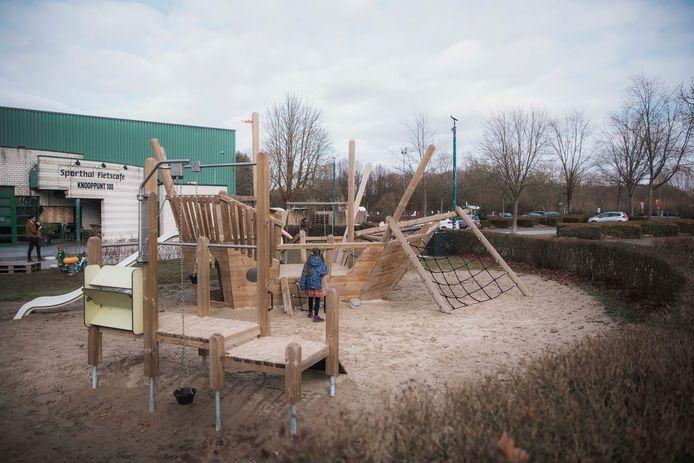 Ter hoogte van de sporthal vind je onder meer een speeltuig in de vorm van een boot.