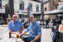 Voorzitter van de Handbalclub Tongeren Luc Tack en cafébaas Eddy Manet aan Café Gerechtshof.