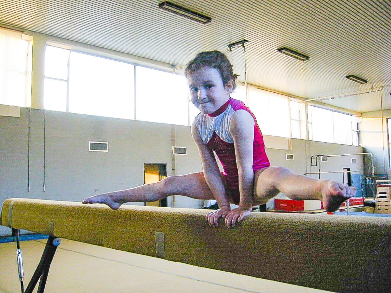 Nina Derwael (21) was zo'n energieke peuter dat haar ouders haar maar lieten turnen. Nu gaat ze voor goud. Beeld Joel Hoylaerts - Photo News