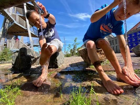 Voeten wassen na een leuke wandeling op het blote voetenpad van Sint Maartenszee.