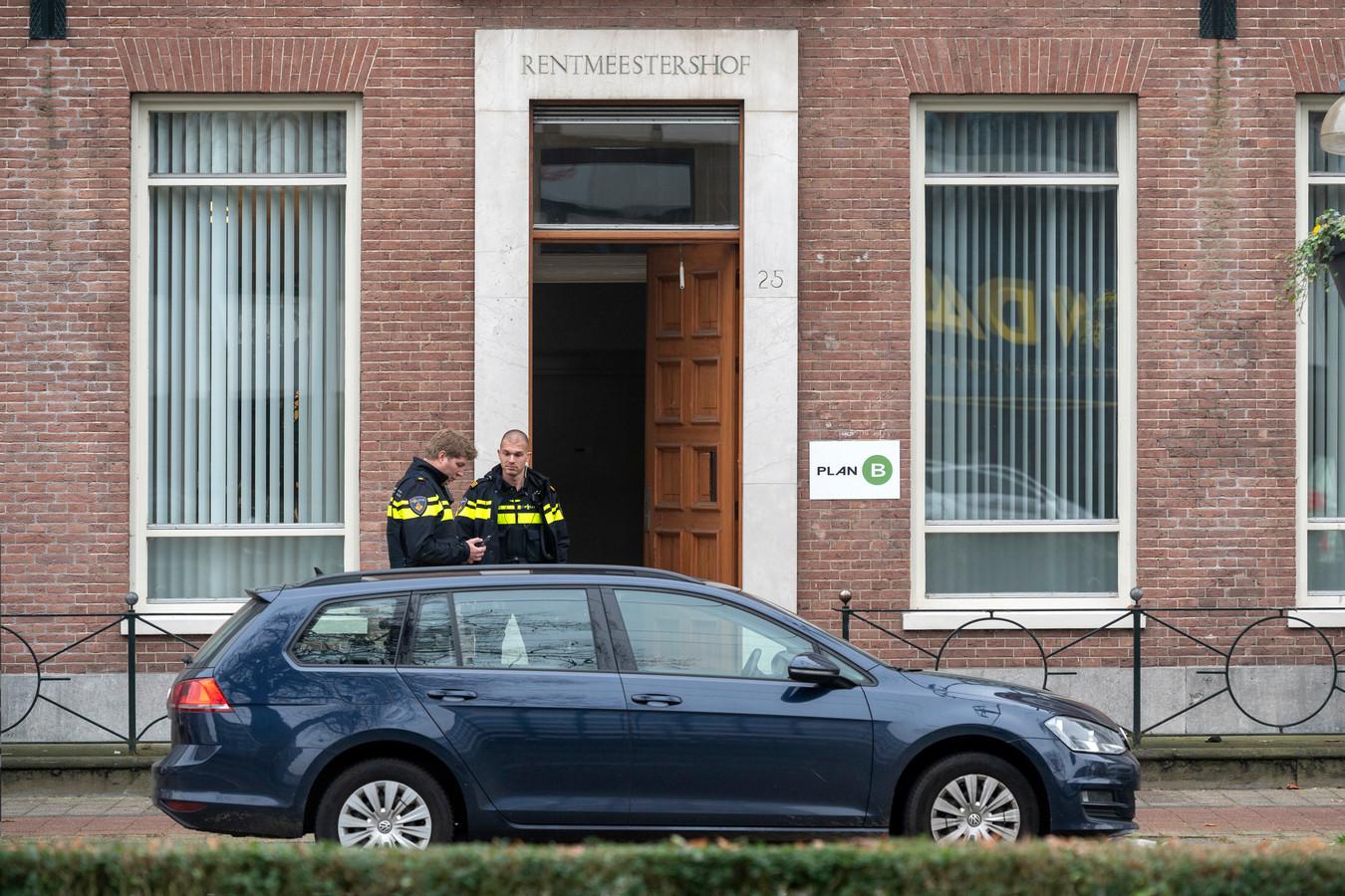 Het pand aan de Jansbinnensingel. Politie bewaakte het pand zaterdag.