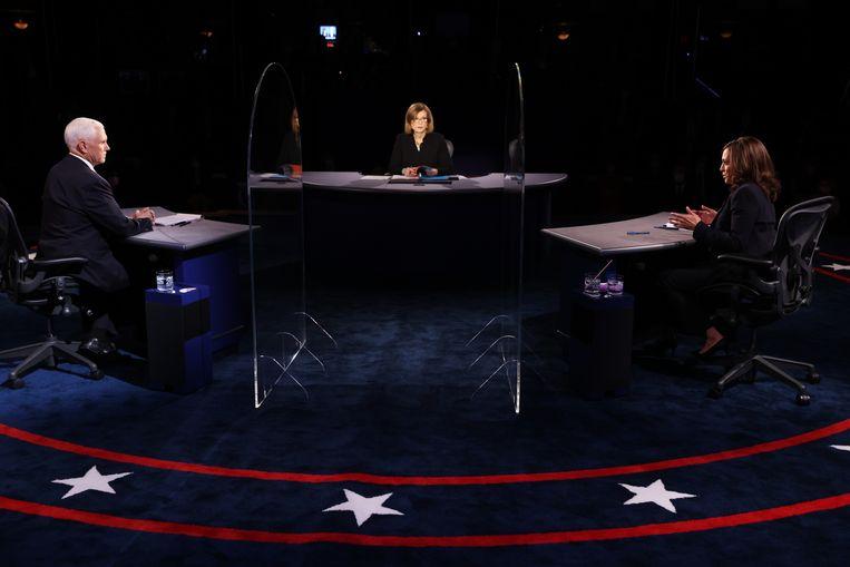 Mike Pence en Kamala Harris kruisten verbaal de degens op zo'n 3,7 meter afstand. Beeld EPA