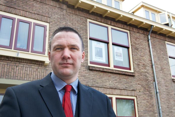 Constant Kusters, lijsttrekker NVU, voor zijn woning pp de Geitenkamp in Arnhem. Foto Marc Pluim