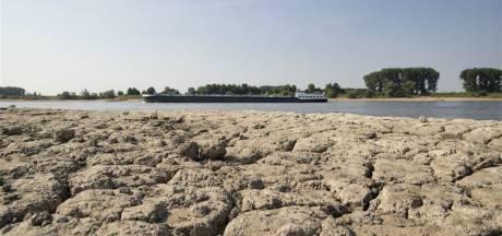 Sluizen in de Waal dichtgezet om droogte, schepen moeten om