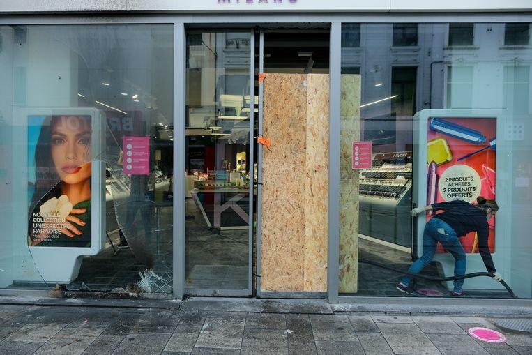 Plunderaars beschadigden verschillende étalages en plunderden (luxe)winkels