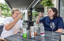 Gijsbregt Brouwer (46), food trend- watcher en oprichter van debuik.nl. Harrie Baas (50), eigenaar van Harries Wine & Deli in Rotterdam. Werkte eerder als sommelier en gastheer bij diverse sterren-restaurants, waaronder Amarone en Parkheuvel.