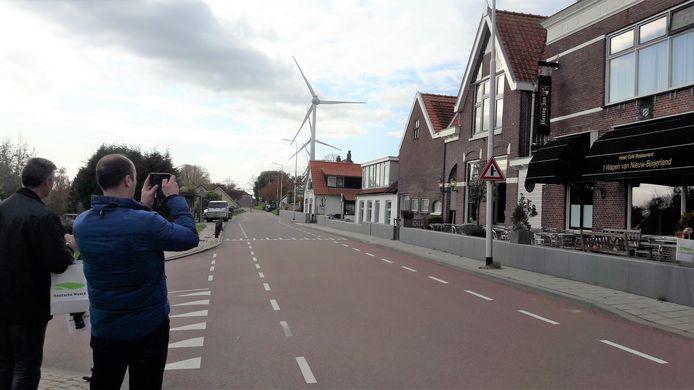 Deelnemers aan de excursie maken in Nieuw-Beijerland foto's voor het thuisfront