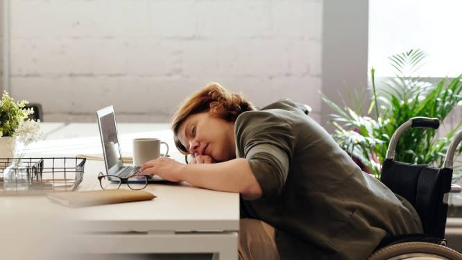 OPROEP. NINA zoekt mensen die af en toe stiekem een dutje doen tijdens het werk