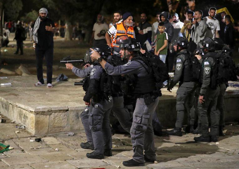 Israëlische agenten met getrokken wapens tijdens de botsingen met Palestijnse moslims in Jeruzalem. Beeld REUTERS