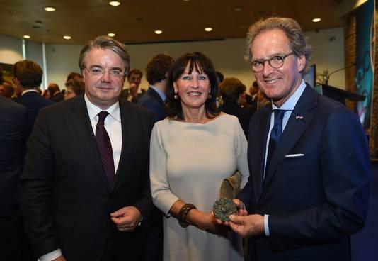 Commissaris van de Koning Wim van de Donk, mevrouw Rombouts en burgemeester Ton Rombouts, woensdagmiddag na het uitreiken van de erepenning van de provincie.