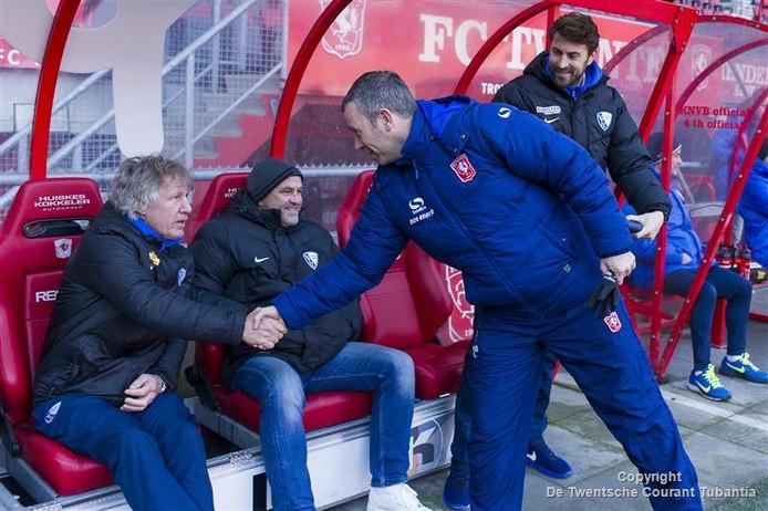 René Hake schudt de hand van Gertjan Verbeek bij de oefenwedstrijd tussen FC Twente en VfL Bochum in november 2015.