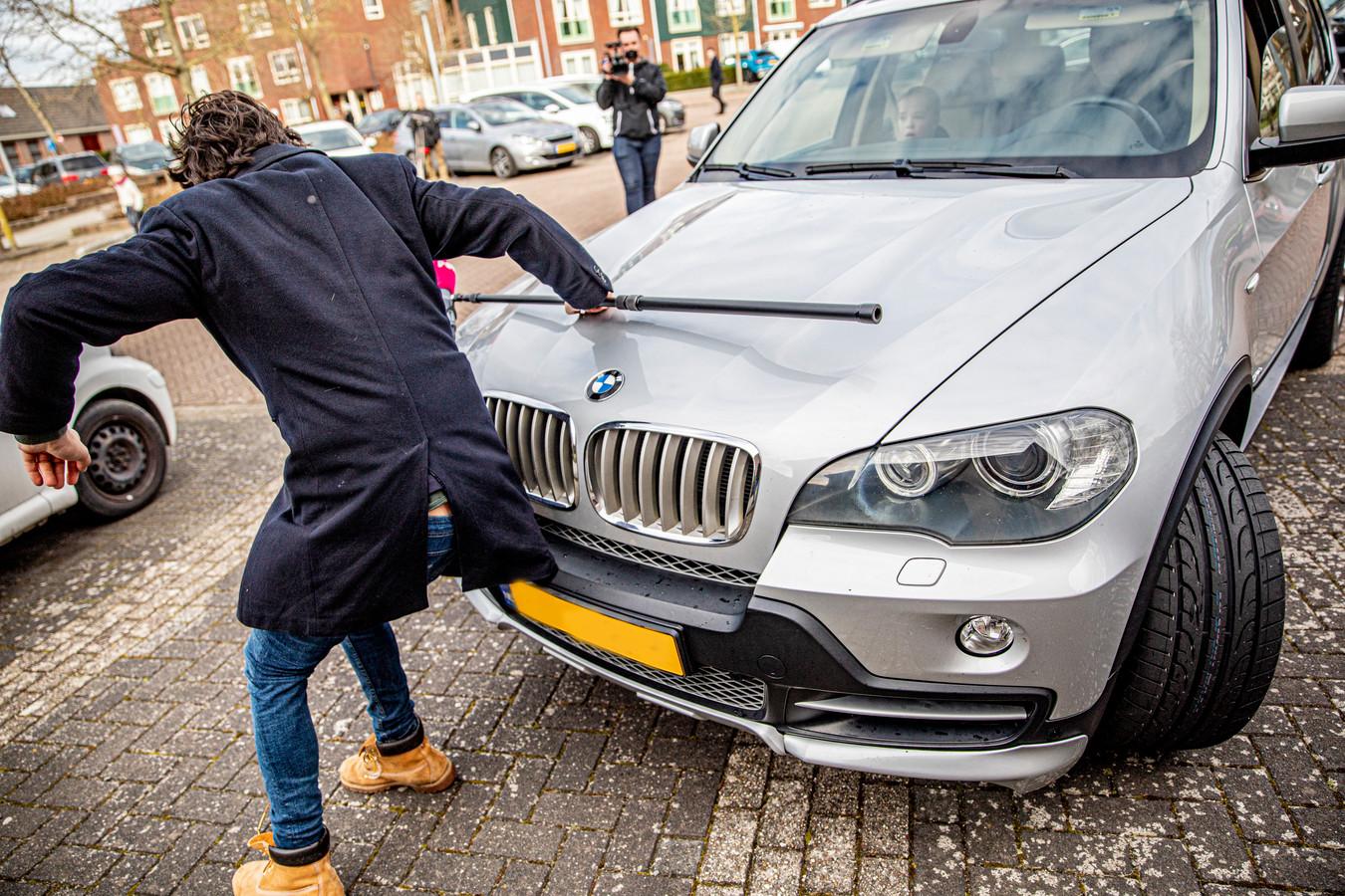Een automobilist reed zondag in op PowNed-verslaggever Mark Baanders.