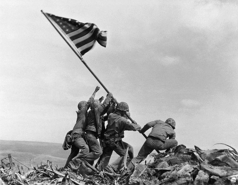 De planting van de Amerikaanse vlag (Joe Rosenthal, Iwo Jima, 1945). Beeld AP