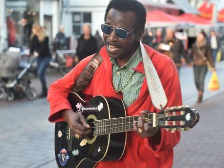 Straatmuzikant Gijs Winter vertrekt voorgoed uit Zeeland: 'Ik hou van jullie, bedankt voor alles'