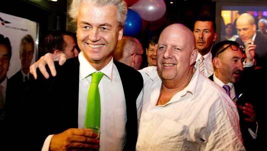 PVV-partijleider Geert Wilders (L) en Henk Bres tijdens de verkiezingsavond van zijn partij na de gemeenteraadsverkiezingen.