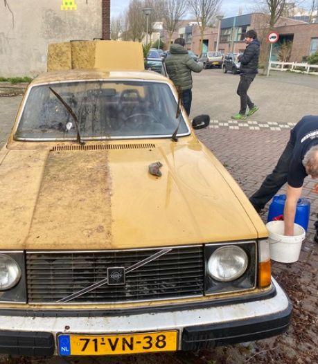 Verlaten en ernstig vervuilde Volvo krijgt flinke poetsbuurt, maar de duiven poepen door