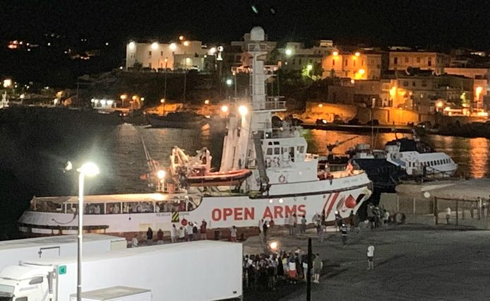 Het schip bij aankomst op Lampedusa.