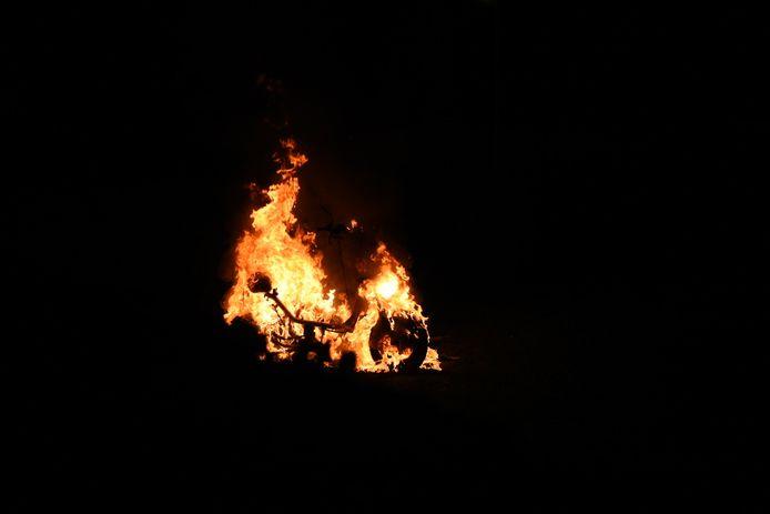 In een speeltuintje aan de Arienshof in Almelo stond rond 22.00 uur een scooter in brand.