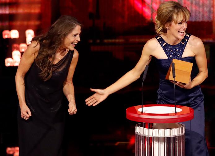 Marianne Timmer krijgt de Fanny Blankers Koen prijs uit handen van Yvonne van Gennip.