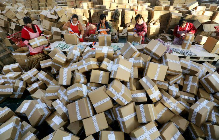 Het onlineshoppingfestival 'Vrijgezellendag' zorgt voor een recorddrukte in een sorteercentrum van het gigantische e-commercebedrijf Alibaba in de Chinese stad Lianyungang. Beeld AFP