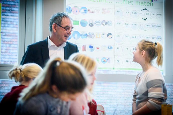 Pieter van Geel in gesprek met scholieren in Wintelre over de toekomst van Eindhoven Airport.
